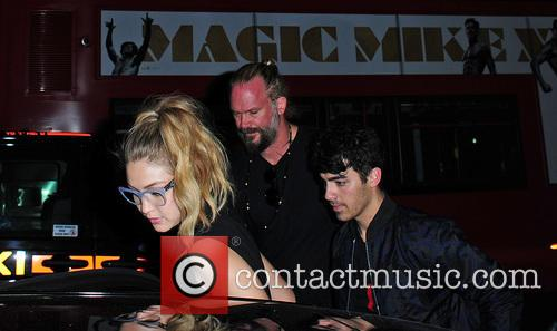 Joe Jonas and Gigi Hadid 2