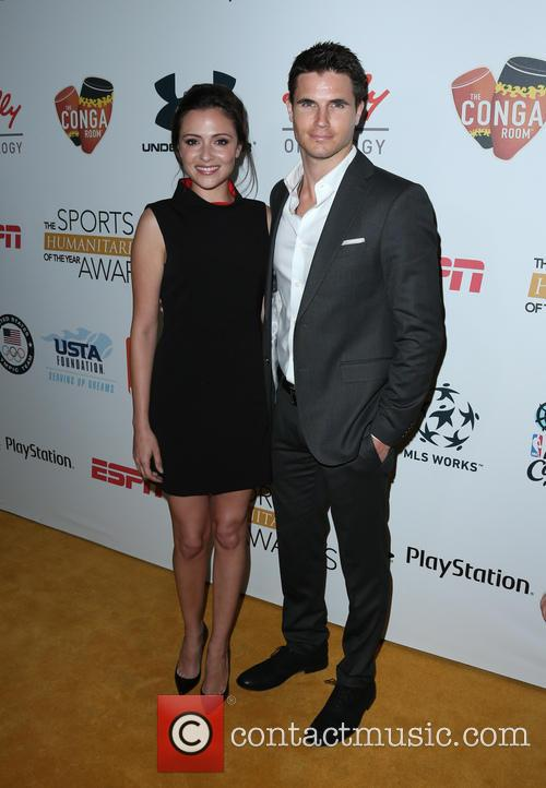 Italia Ricci and Robbie Amell 8