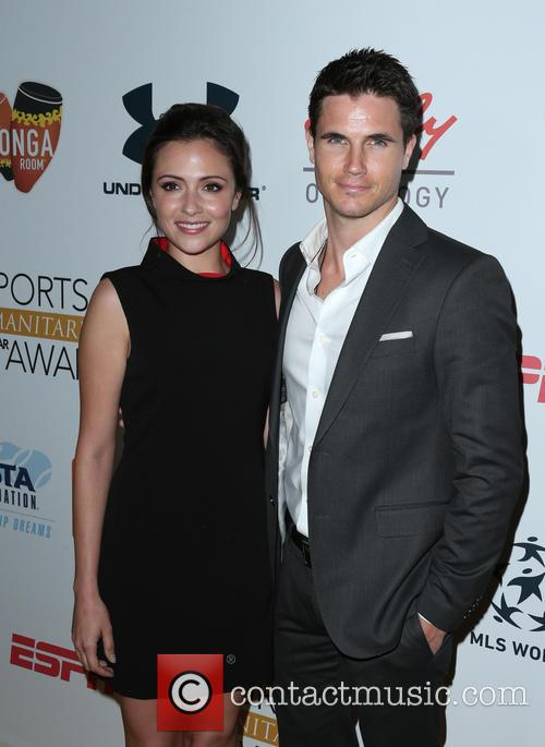 Italia Ricci and Robbie Amell 9