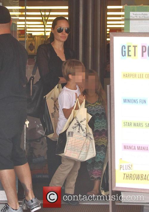 Angelina Jolie, Shiloh Jolie-pitt and Vivienne Jolie-pitt 3
