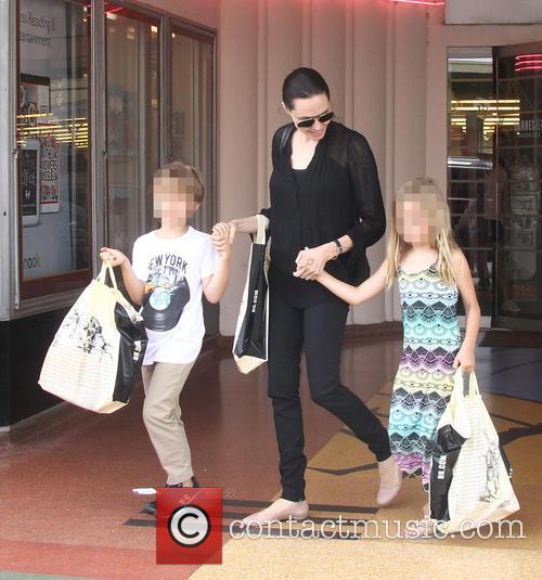 Angelina Jolie, Shiloh Jolie-pitt and Vivienne Jolie-pitt 8