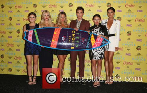 Ashley Benson, Lucy Hale, Vanessa Ray, Ian Harding, Janel Parrish and Shay Mitchell 5