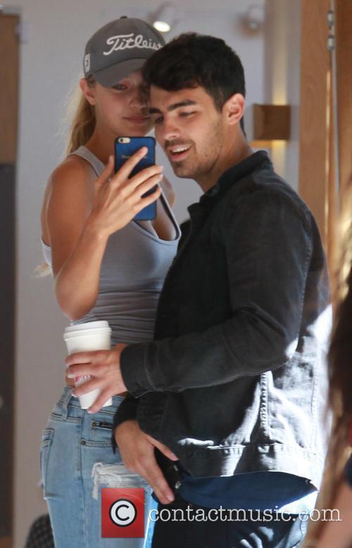 Joe Jonas and Gigi Hadid 5