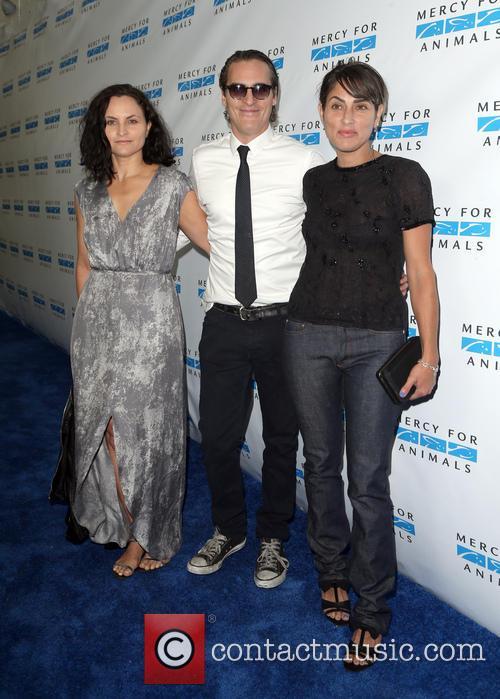 Rain Phoenix, Joaquin Phoenix and Summer Phoenix 5
