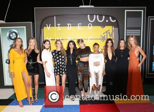 Gigi Hadid, Martha Hunt, Hailee Steinfeld, Cara Delevingne, Selena Gomez, Taylor Swift, Serayah Mcneill, Mariska Hargitay, Lily Aldridge and Karlie Kloss 4