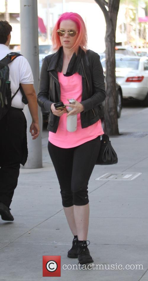 Shirley Manson with dyed pink goes shopping