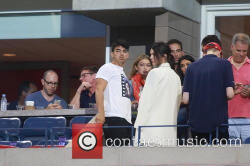 Kim Kardashian, Kendall Jenner, Gigi Hadid and Joe Jonas 4