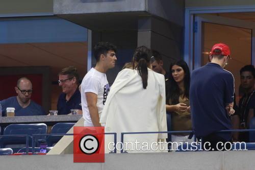 Kim Kardashian, Kendall Jenner, Gigi Hadid and Joe Jonas 6