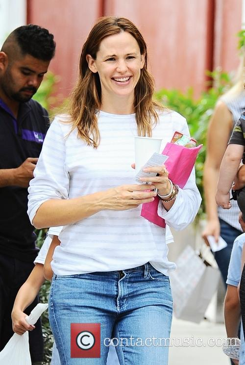 Jennifer Garner goes to lunch with her daughters