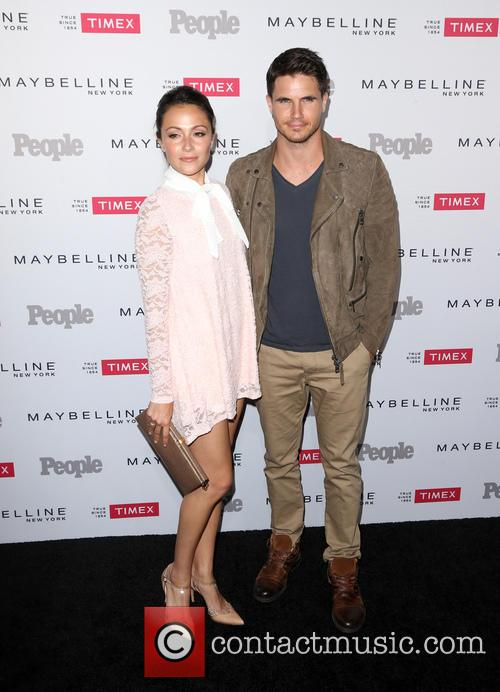 Italia Ricci and Robbie Amell 2
