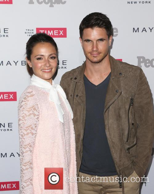 Italia Ricci and Robbie Amell 1