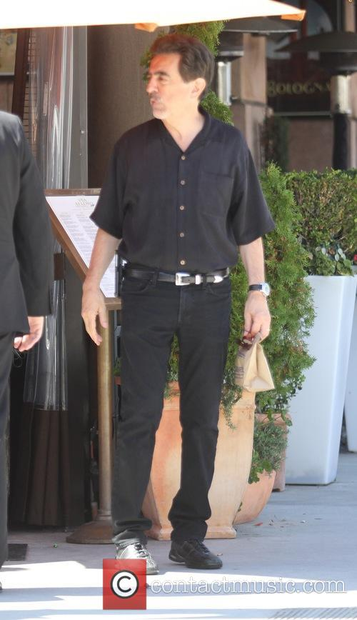 Joe Mantegna has lunch with friends in Beverly...