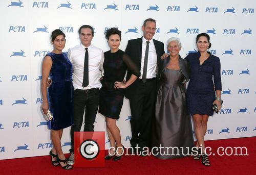 Joaquin Phoenix, Arlyn Phoenix, Rain Phoenix, Liberty Phoenix, Jeffrey Weisberg and Summer Phoenix 1