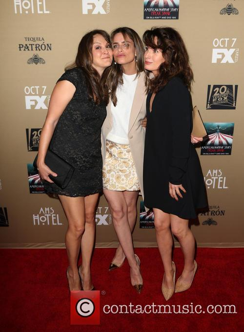 Amanda Peet, Elizabeth Reaser and Guest 6