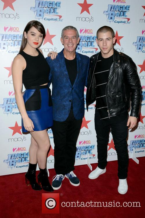 Hailee Steinfeld, Elvis Duran and Nick Jonas 1