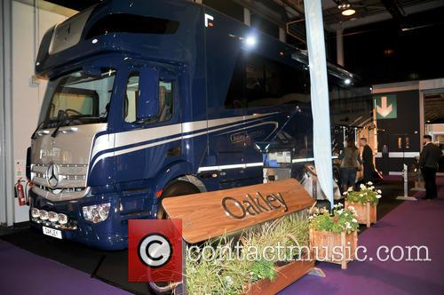 Atmosphere and Oakley Supremacy Horse Box 11