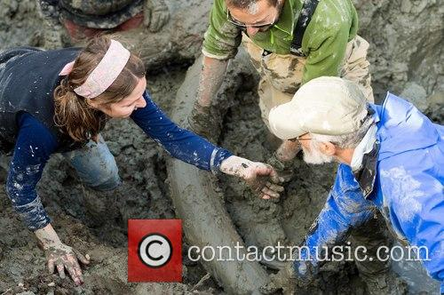 U-m Archaeology Graduate Student Ashley Lemke (left) With U-m Paleontologists Daniel Fisher (right) and Joe El-adli (center) Inspecting A Stone Flake Found While Uncovering One Of The Mammoth Tusks In The Muddy Excavation Pit. 1
