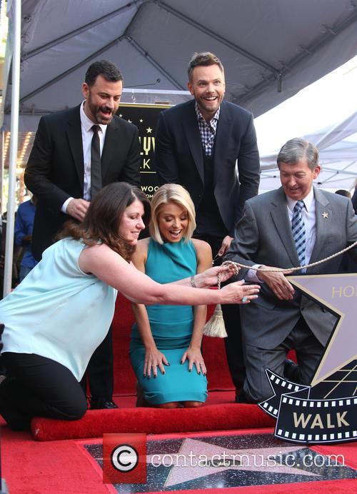 Jimmy Kimmel, Maureen Schultz, Joel Mchale, Kelly Ripa and Leron Gubler 4