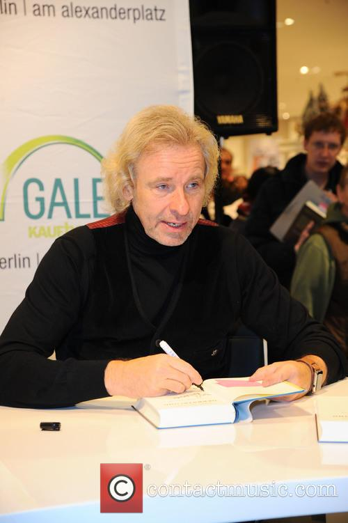 Thomas Gottschalk signs copies of his latest book...