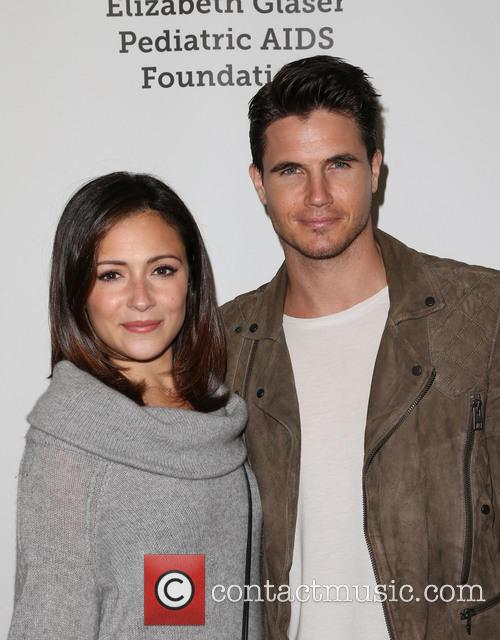 Italia Ricci and Robbie Amell 3