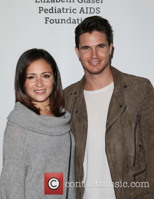Italia Ricci and Robbie Amell 4