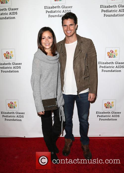 Italia Ricci and Robbie Amell 5