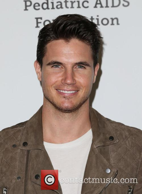 Robbie Amell 1