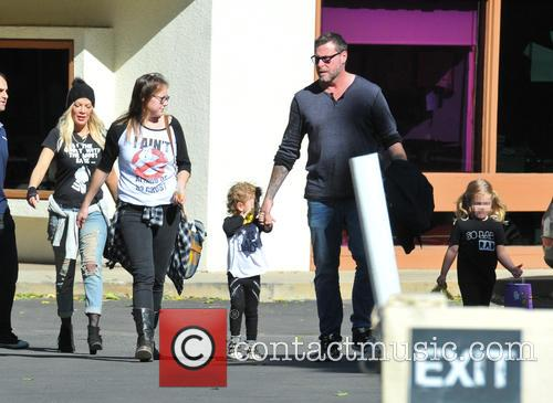 Tori Spelling, Dean Mcdermott, Hattie Margaret Mcdermott and Finn Davey Mcdermott 5