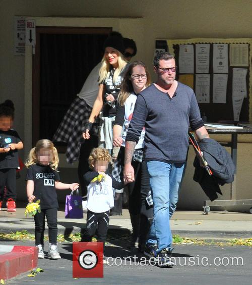 Tori Spelling, Dean Mcdermott, Hattie Margaret Mcdermott and Finn Davey Mcdermott 7