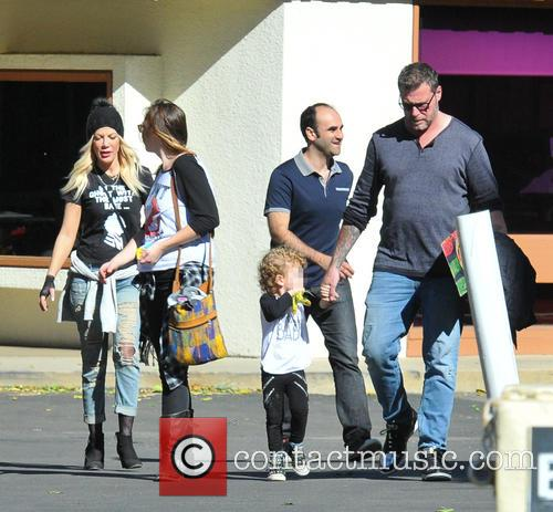Tori Spelling, Dean Mcdermott and Finn Davey Mcdermott 8