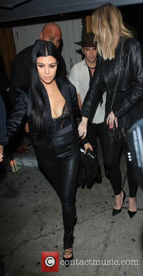 Kourtney Kardashian and Khoe Kardashian 7
