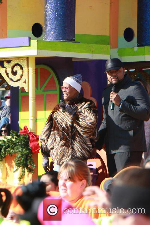 Dionne Warwick sings at Philadelphia's Thanksgiving Day parade