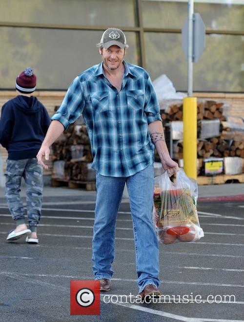 Blake Shelton picking up groceries at ralphs