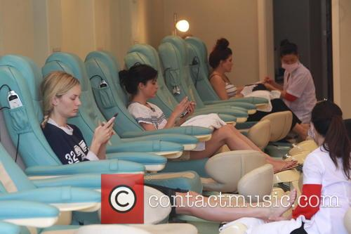 Selma Blair getting her nails done .