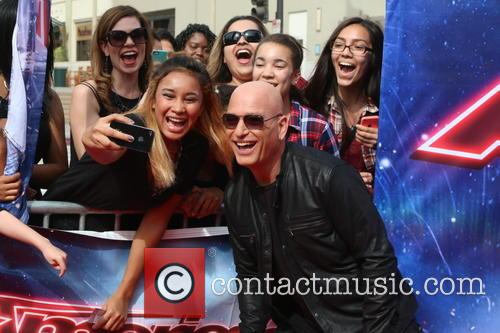 Howie Mandel and Fans 11