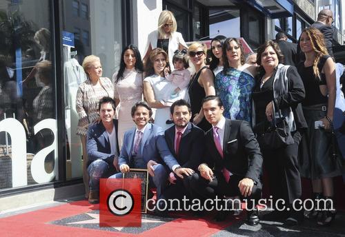 Eugenio Derbez, Alessandra Rosaldo, Aislinn Derbez, Vadhir Derbez, Consuelo Duval and Mauricio Ochmann 1