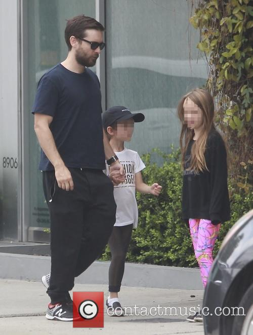 Tobey Maguire, Otis Maguire and Ruby Maguire 9