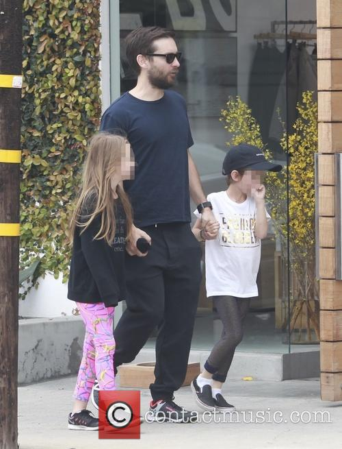 Tobey Maguire, Otis Maguire and Ruby Maguire 10