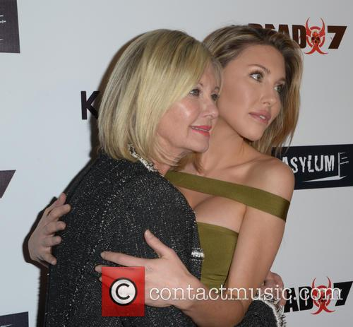 Olivia Newton-john and Chloe Lattanzi 5