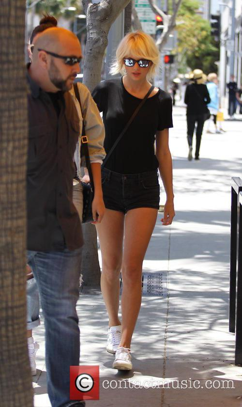 Taylor Swfit and Lily Aldridge 5