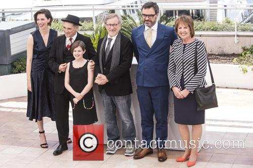 Rebecca Hall, Mark Rylance, Steven Spielberg, Ruby Barnhill and Penelope Wilton 9
