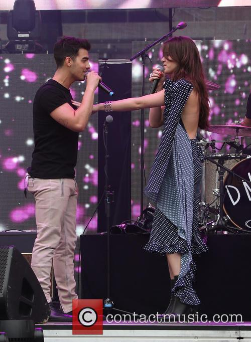 Joe Jonas and Hailee Steinfeld 8