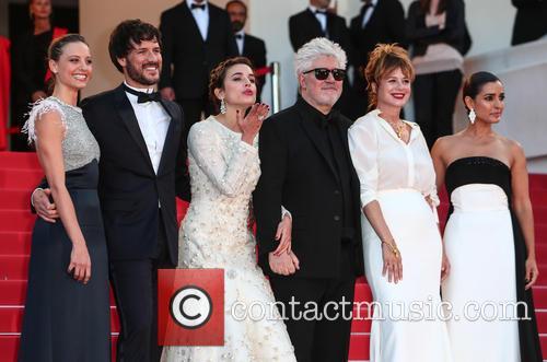 Pedro Almodovar, Emma Suarez, Adriana Ugarte, Inma Cuesta, Michelle Jenner and Daniel Grao 6