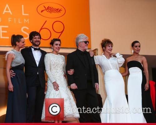 Pedro Almodovar, Emma Suarez, Adriana Ugarte, Inma Cuesta, Michelle Jenner and Daniel Grao 9