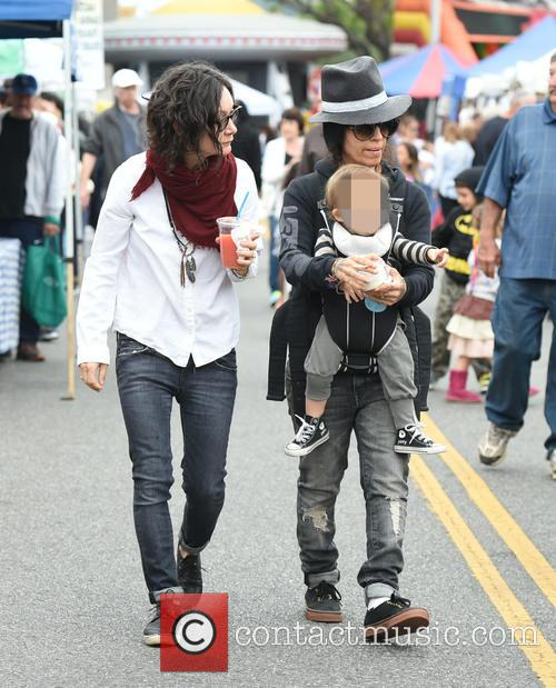 Sara Gilbert, Linda Perry and Rhodes Perry 10