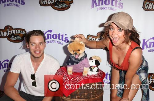 Dominic Sherwood, Sarah Hyland and Jiffpom 1