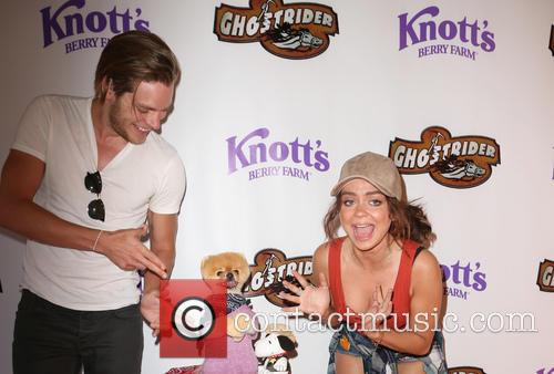Dominic Sherwood, Sarah Hyland and Jiffpom 2
