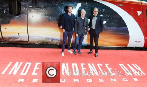 Jeff Goldblum, Liam Hemsworth and Roland Emmerich 10