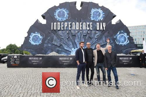 Liam Hemsworth, Jeff Goldblum, Harald Kloser and Roland Emmerich 4