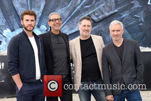 Liam Hemsworth, Jeff Goldblum, Harald Kloser and Roland Emmerich 7